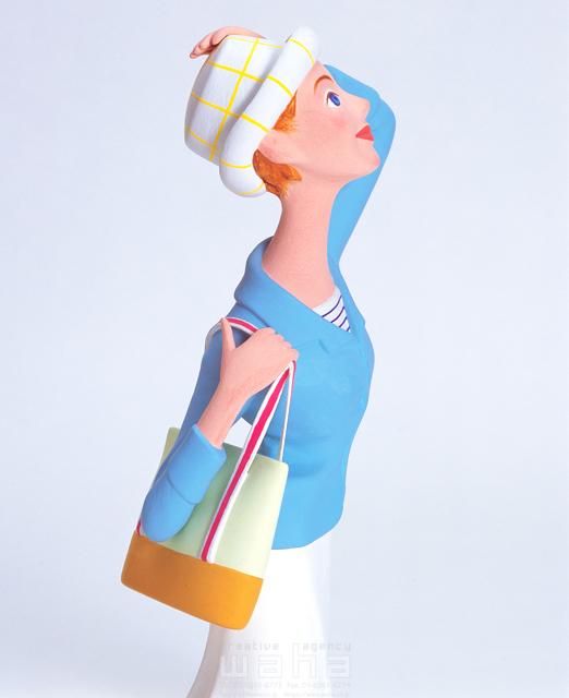 イラスト&写真のストックフォトwaha(ワーハ) 人物、女性、考える、屋外、開放感、清涼感、帽子、見上げる、見つめる、避暑、リゾート、クラフト、クレイ キムラ 拓 10-0209c