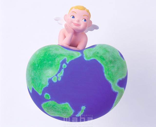 イラスト&写真のストックフォトwaha(ワーハ) キャラクター、地球、世界、日本、天使、翼、頬杖をつく、考える、夢、希望、未来、将来、リラックス、グローバル、創造、守る、支える、自然、環境保護、育む、広がる、クラフト、クレイ キムラ 拓 10-0217c
