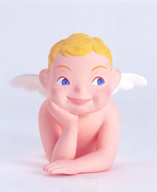 イラスト&写真のストックフォトwaha(ワーハ) キャラクター、天使、翼、頬杖をつく、考える、夢、希望、未来、将来、リラックス、笑顔、クラフト、クレイ キムラ 拓 10-0219c