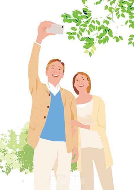 イラスト&写真のストックフォトwaha(ワーハ) 人、人物、大人、女性、男性、家族、夫婦、中高年、散歩、屋外、自撮り、スマートフォン、安らぎ、憩い、生活、暮らし 都筑 みなみ 19-2259b