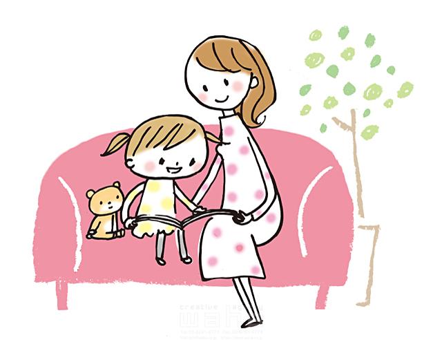 イラスト&写真のストックフォトwaha(ワーハ) 人、人々、女性、家族、親子、大人、お母さん、母親、子供、女の子、小学生、笑顔、家、部屋、屋内、リビング、ソファ、ぬいぐるみ、本、読書、愛情、ハートフル、絆、子育て、生活、暮らし、日常 きつ まき 19-2440b