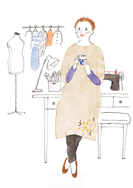 イラスト&写真のストックフォトwaha(ワーハ) 水彩、人、女性、大人、主婦、お母さん、シニア、お年寄り、中高年、家、住宅、部屋、裁縫、ファッション、洋服、コーヒー、休む、憩い、安らぎ、生活、暮らし、日常、オシャレ、室内、インテリア わたなべ さちこ 19-2583c