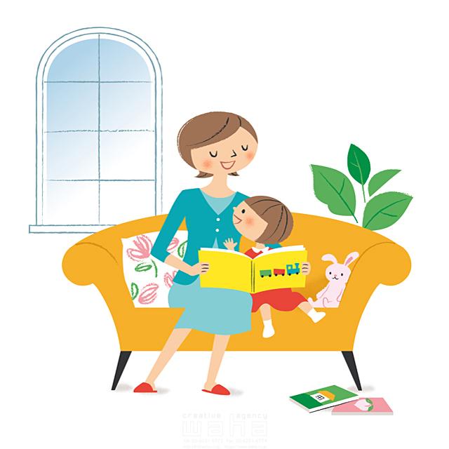 イラスト&写真のストックフォトwaha(ワーハ) 人、人々、複数、女性、大人、家族、お母さん、母親、親子、子供、女の子、小学生、笑顔、家、住宅、部屋、リビング、ソファ、窓、くつろぐ、憩い、安らぎ、会話、コミュニケーション、本、読書、リラックス、優しい、絆、愛情、子育て、生活 林 よしえ 19-2701b