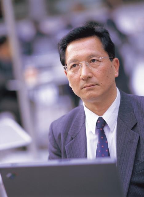 人物、日本人、男性、50代、60代、中高年、ビジネスマン、1人、屋外、仕事、パソコン、上半身、サラリーマン - フォト作品紹介 | イラスト&写真のストックフォトwaha(ワーハ)―カンプデータは無料